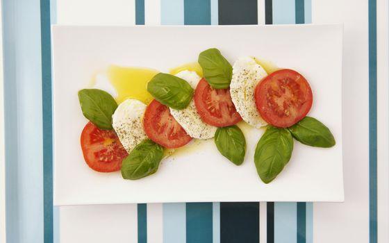 Бесплатные фото помидоры,сыр,листья,салат,соус,тарелка,полоски,соевый,черри,приправа,перец,закуска