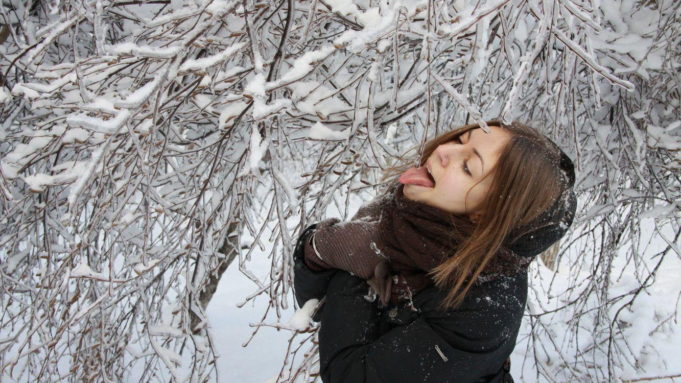 Фото бесплатно девушка, зима, ветки - на рабочий стол