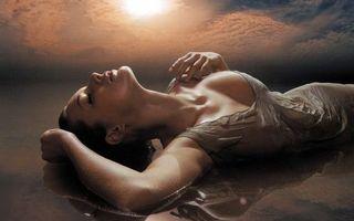 Бесплатные фото девушка,волосы,небо,облака,море,волны,вода
