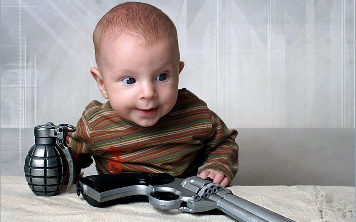 Фото бесплатно ребенок, малыш, игрушки, оружие, пистолет, граната, разное, разное