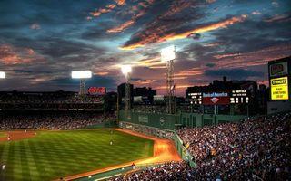 Фото бесплатно стадион, поле, трава, разметка, люди, болельщики, игра, вывески, реклама, прожектор, фонарь, свет, спорт