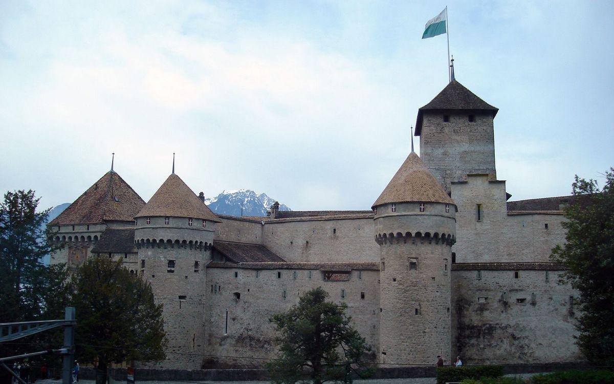 Фото бесплатно замок, крепость, башни, флаг, деревья, горы, вершины, небо, разное, разное