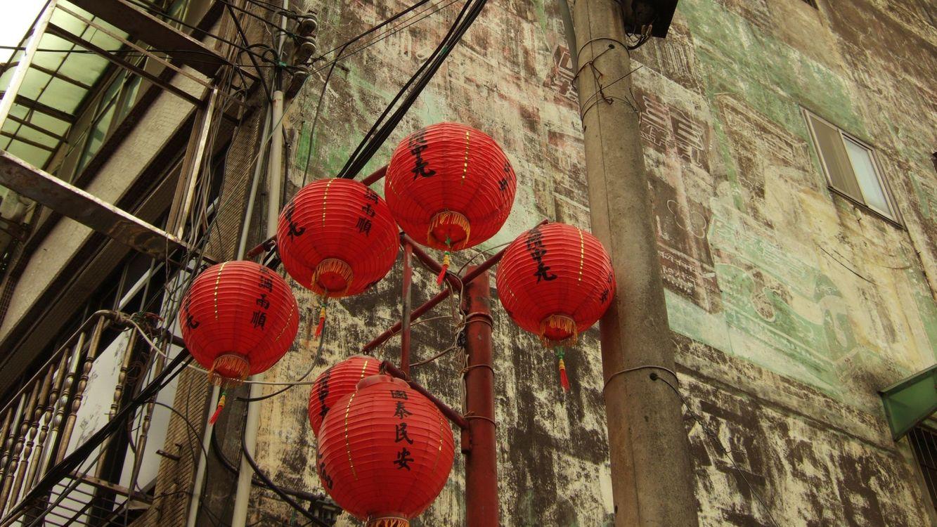 Картинка здание, старое, фонари, красные, китайские, красивые, город на рабочий стол. Скачать фото обои город