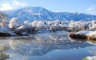 Фото бесплатно зима, озеро, иней, деревья, горы, снег, мост, мостик, новый год, пейзажи, праздники, природа