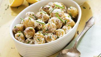 Бесплатные фото картошка,сметана,зелень,тарелка,ложка,лимон,еда
