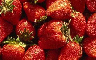 Обои клубника, ягоды, семечки, урожай, десерт, сладкая, лето, хвостики, еда