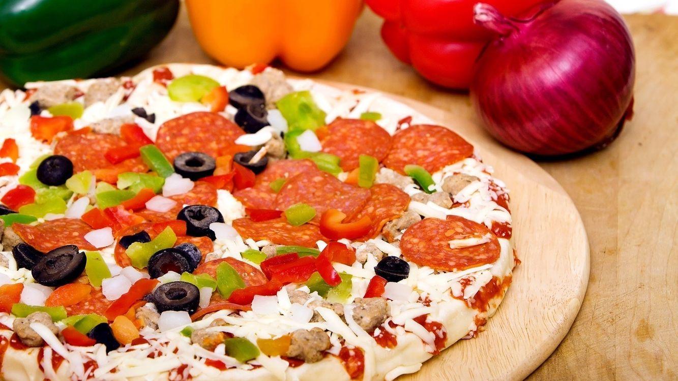 Фото бесплатно пицца, колбаса, лук, стол, маслины, перец, еда, еда