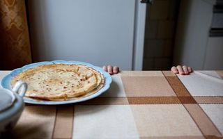 Бесплатные фото руки,ребенок,стол,тарелка,блины,еда,ситуации