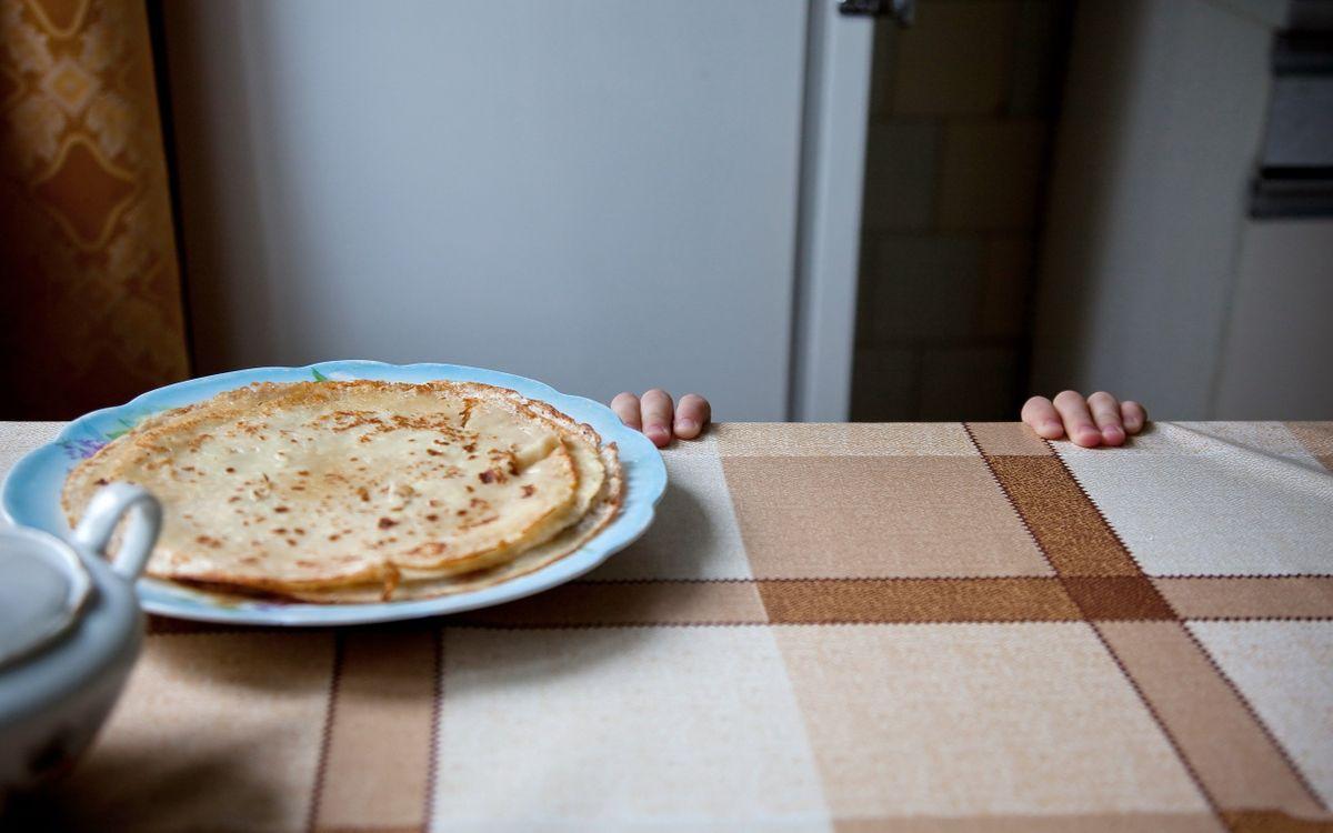 Фото бесплатно руки, ребенок, стол, тарелка, блины, еда, ситуации, ситуации