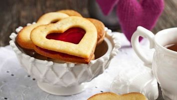 Обои ваза, печенье, сердечки, джем, чашка, чай, еда