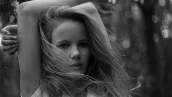 Бесплатные фото волосы,светлые,глаза,губы,руки,деревья,девушки