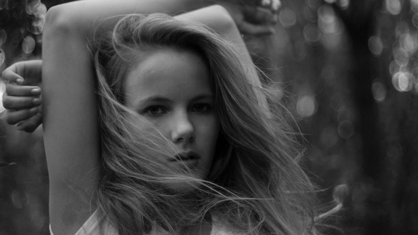 Фото бесплатно волосы, светлые, глаза, губы, руки, деревья, девушки, девушки