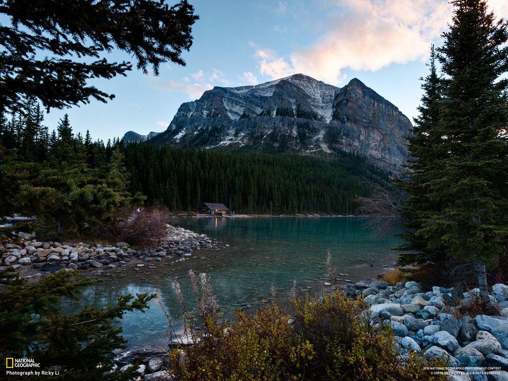 Фото бесплатно озеро, гора, вода, голубой, камень, снег, national geographic, ель, лес, домик, небо, пейзажи, пейзажи
