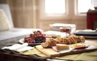 Заставки багет, сыр, булка, завтрак, клубника, ягоды, тарелка, стол, комната, кухня, еда