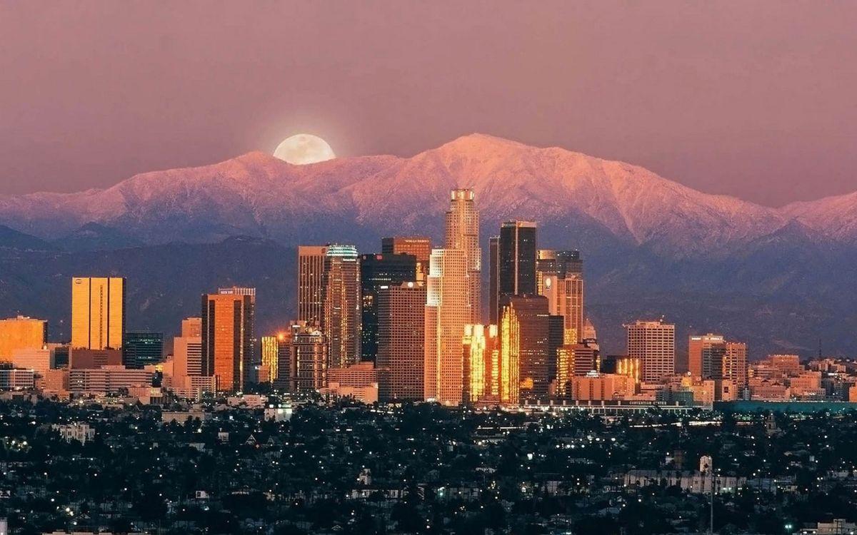 Обои дома, высотки, многоэтажки, небо, вечер, сумерки, горы, холмы, улицы, луна, город на телефон | картинки город