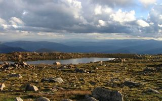 Бесплатные фото горы, вода, озеро, небо, облока, холм, трава