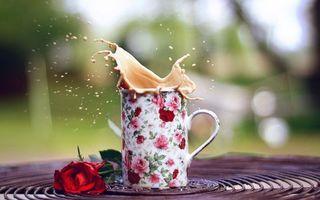 Бесплатные фото кружка,кофе,с молоком,брызги,удар,стол,красная