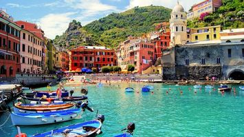 Бесплатные фото река,вода,здания,горы,трава,лодки,небо