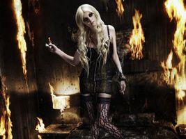 Бесплатные фото тейлор момсен,taylor momsen,спальня,стены,огонь,пожар,зажигался