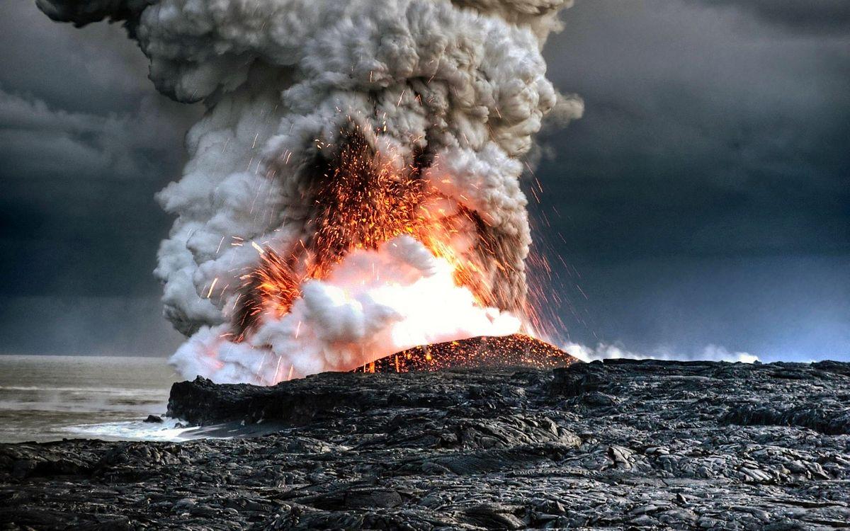 Фото бесплатно извержение, вулкана, лава, дым, брызги, жар, побережье, природа - скачать на рабочий стол