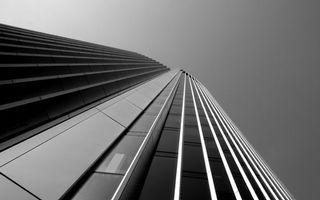 Обои небоскреб, здание, высотка, стекло, панели, небо, черно-белое