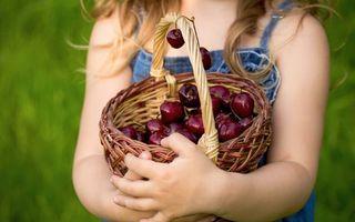 Бесплатные фото ребенок,девочка,корзина,черешня