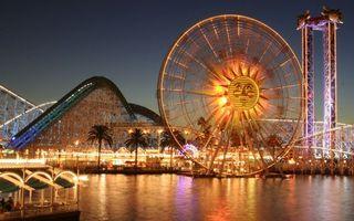Бесплатные фото ночь,парк развлечений,аттракционы,фонари,огни,водоем