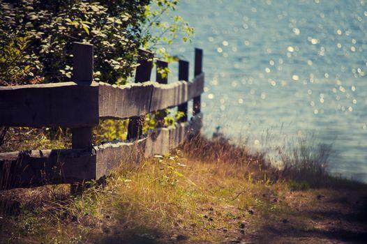 Фото бесплатно старый деревянный забор, обрыв, скала