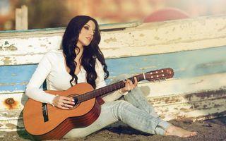 Бесплатные фото девушка,брюнетка,гитара,струны,гриф