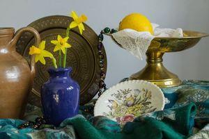 Бесплатные фото стол,ваза,цветы,нарцисс,лимон,натюрморт