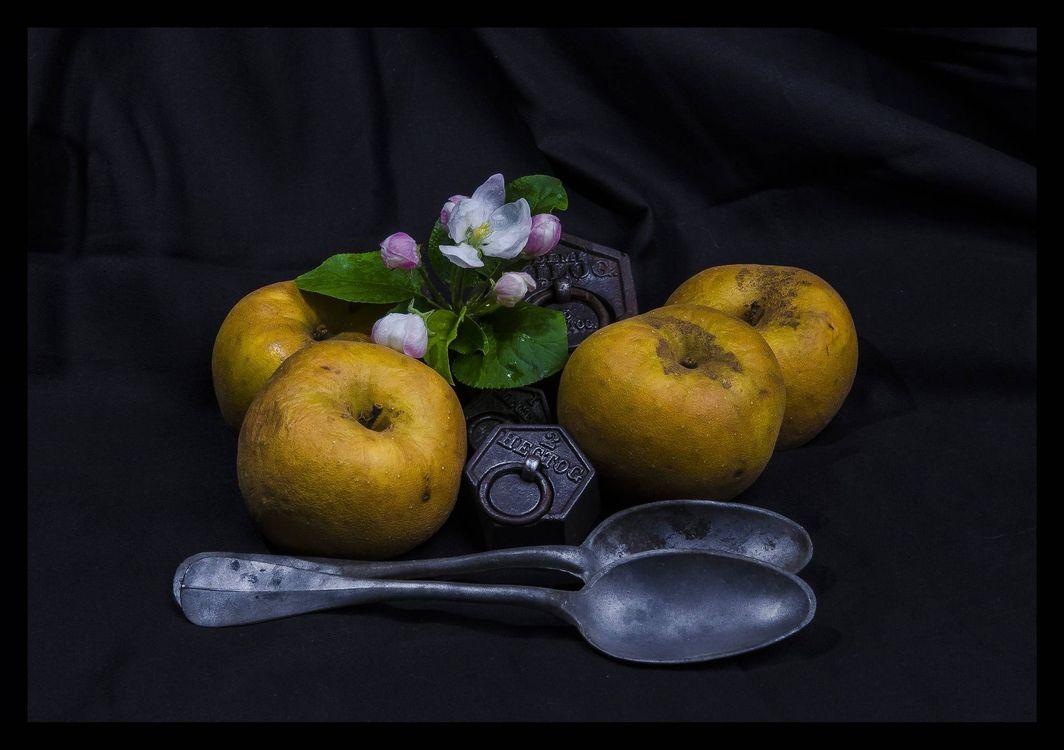 Фото бесплатно ложки, яблоки, цветы яблони, чёрный фон, натюрморт, еда