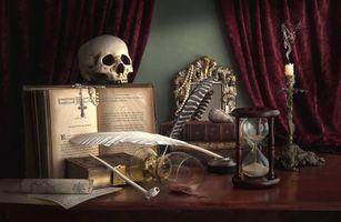 Бесплатные фото натюрморт,композиция,череп,перо,песочные часы,книги,свеча
