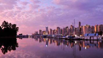 Бесплатные фото вечер,море,пристань,яхты,дома,небоскребы,огни