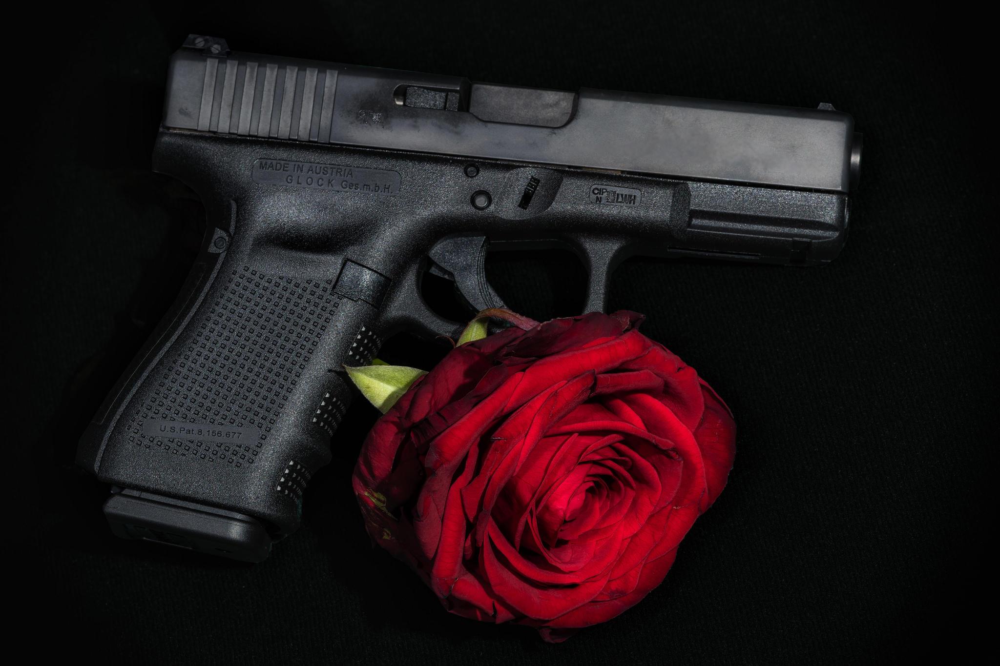 Обои Боевой пистолет Глок, Glock, роза, оружие