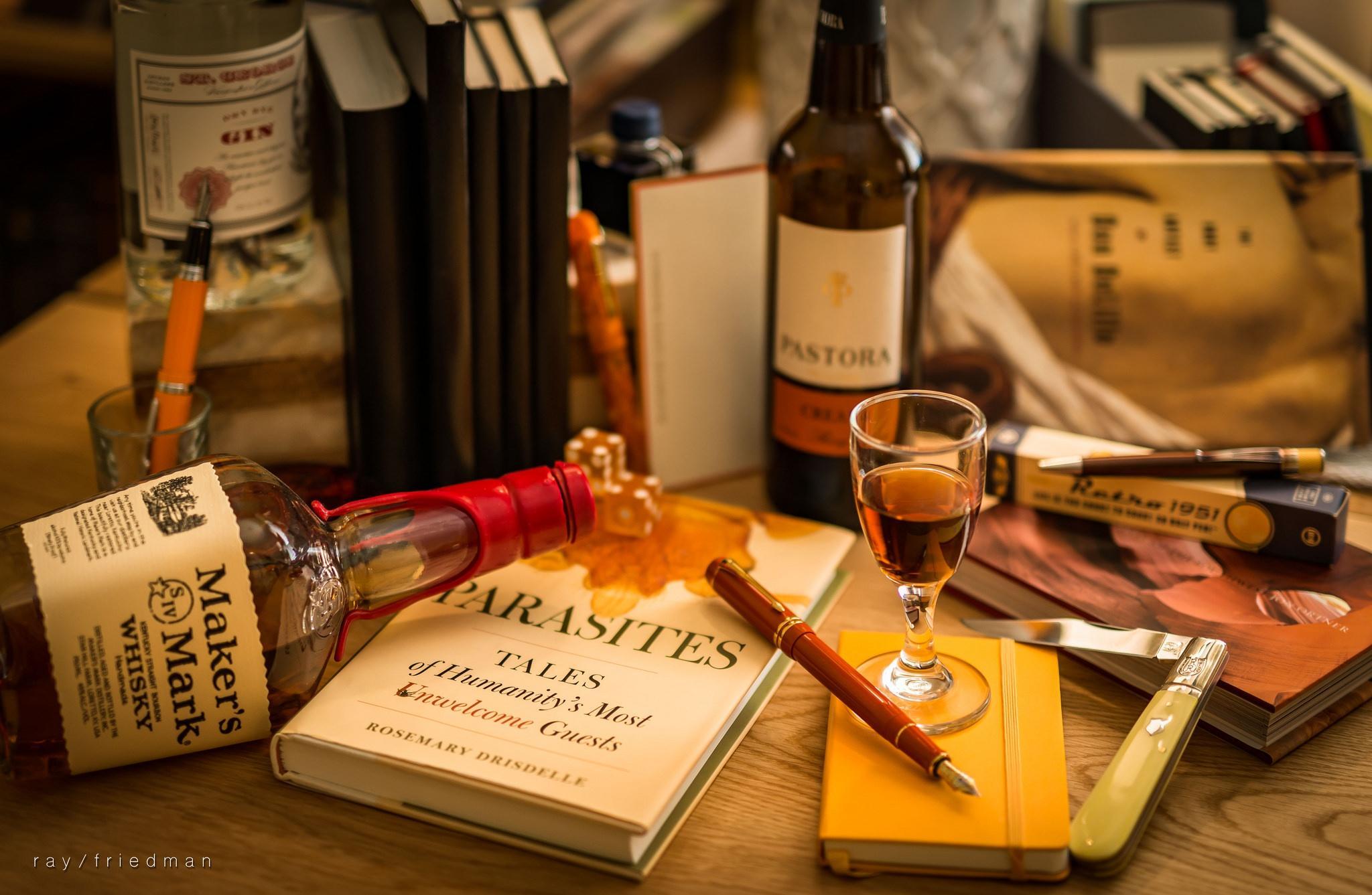 Обои книга, бутылки, виски, натюрморт