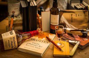 Фото бесплатно книга, бутылки, виски, натюрморт, рюмка, перо, ручка