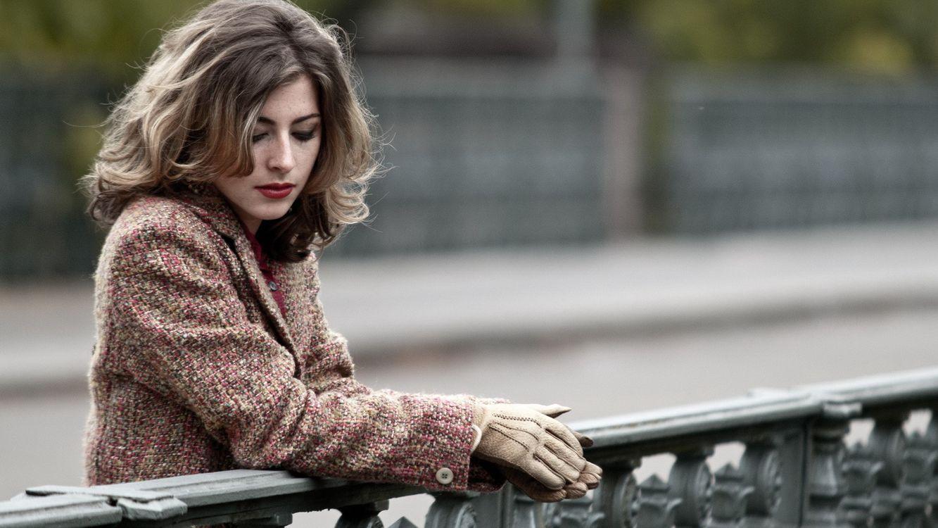 Фото бесплатно девушка, пальто, перчатки, волосы, прическа, грусть, осень, печаль, забор, девушки, девушки