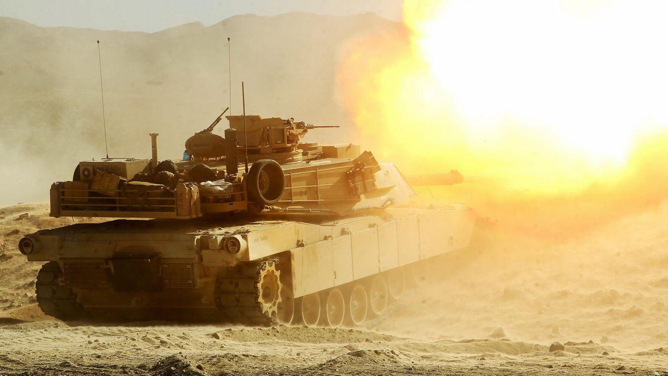 Фото бесплатно танк, выстрел, полигон, песок, огонь, гусеницы, горы, война, машины, оружие, оружие