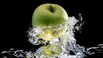 Обои яблоко, вода, брызги, волны, зеленое, фон, заставка, черный, еда, макро