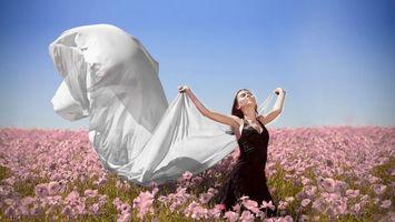 Бесплатные фото девушка,цветы,поле,идет,красивая,платье,девушки