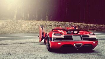 Обои автомобиль, спортивный, красный, дверки, стекло, багажник, асфальт, дорога, полоса, лес, трасса, шоссе