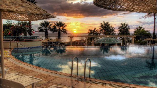 Бесплатные фото бассейн,вода,зонт,шезлонги,солнце,облака,море,пальмы,красивые,пейзажи