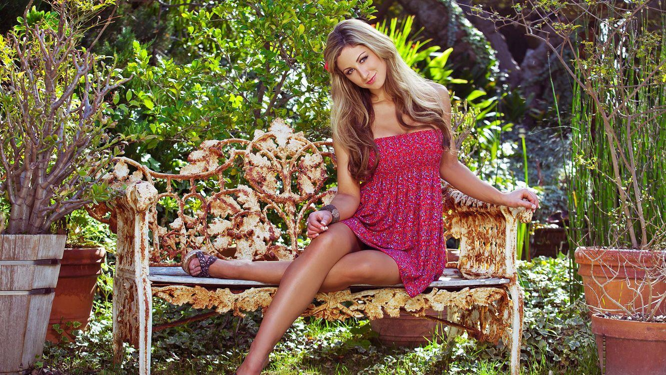 Картинка девушка, волосы, прическа, фото, скамейка, сад, кусты, деревья, платье, девушки на рабочий стол. Скачать фото обои девушки