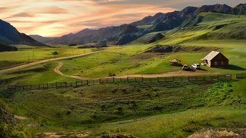 Бесплатные фото дом,беседка,машины,забор,дорога,горы,небо