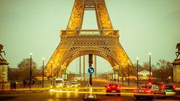 Обои франция, париж, эйфелева башня, дорога, автомобили, брусчатка, вечер, освещение, люди, город