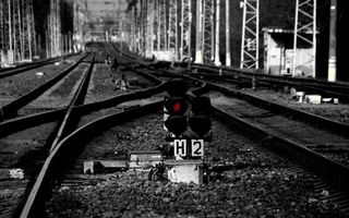 Бесплатные фото железная,дорога,рельсы,шпалы,светофор,черно-белое,фото