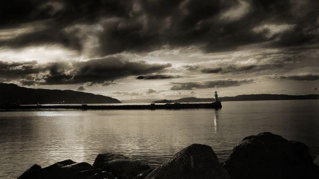 Фото бесплатно маяк, берег, мост, окефн, небо, тучи, сепия, черно-белое, фото, пейзажи