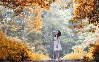 Фото бесплатно осень, девушка, брюнетка, платье, длинные, волосы, улыбка, листопад, девушки, природа, настроение