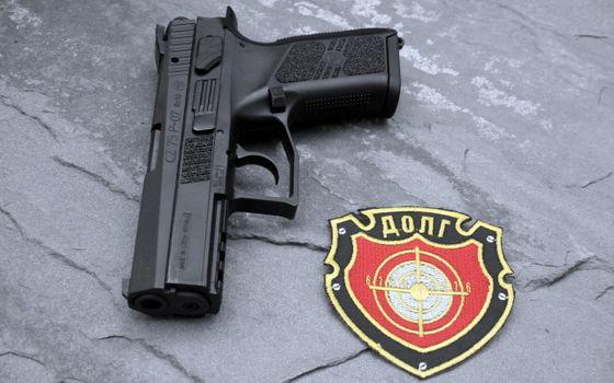 Фото бесплатно пистолет, черный, стрелять, нашивка, герб, россия, долг, мишень, камень, поверхность, курок, мушка