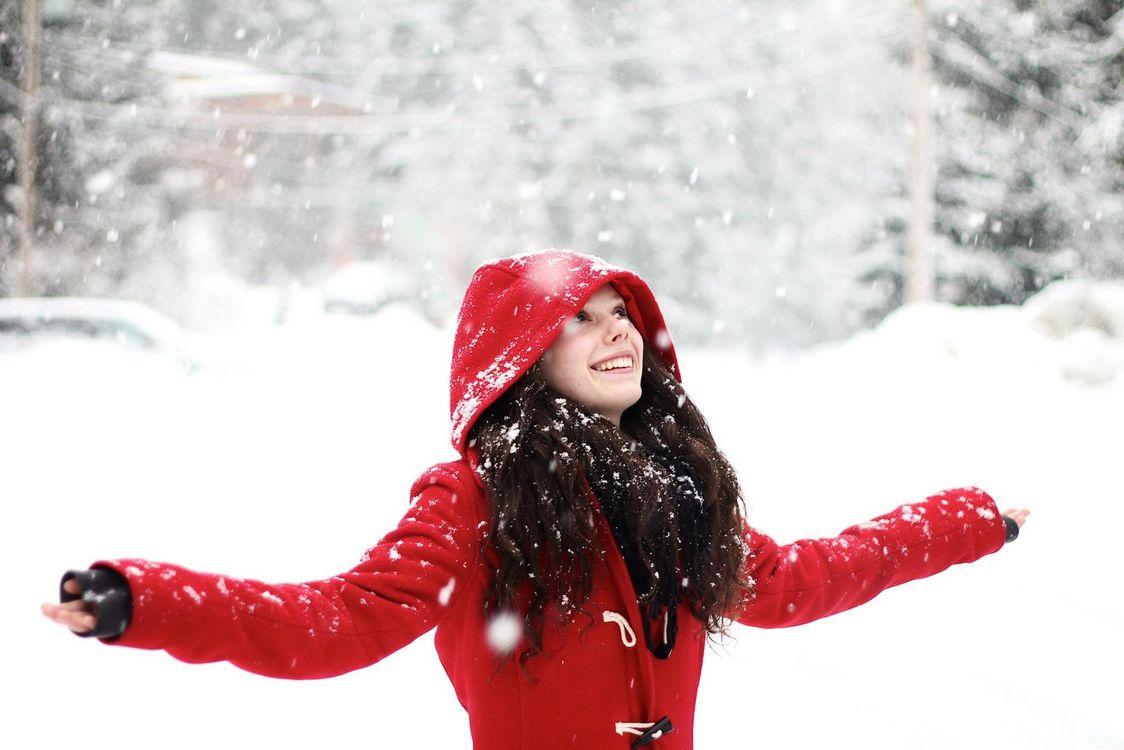 Обои снегопад, снег, зима, девушка, улыбка, пальто, настроения на телефон | картинки настроения